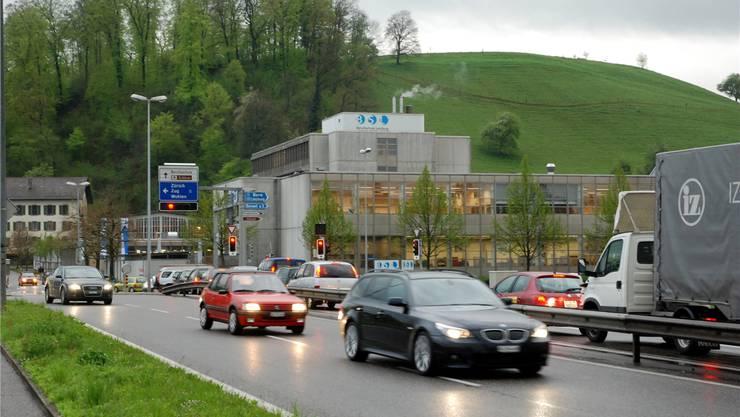 Für den A 1-Zubringer Lenzburg/Knoten Neuhof hat eben die öffentliche Auf-lage stattgefunden. Es gab Einwendungen, laut Kantonsingenieur Rolf H. Meier aber keine grundsätzlicher Art. Das Projekt soll die Verkehrsprobleme am Knoten Neuhof (Bild) beenden. Mit dem Tunnel für den Verkehr von der A 1 Richtung Bünztal und umgekehrt wird die Leistungsfähigkeit am Knoten sichergestellt. Damit wird die Autobahnanbindung für Lenzburg und das Bünztal wesentlich verbessert. Wenn die Verfahren optimal laufen, ist Baubeginn ab 2016 möglich. Kosten: 75,5 Millionen Franken.