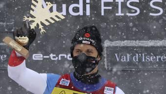 Mauro Caviezel mit der Trophäe für seinen ersten Weltcupsieg.