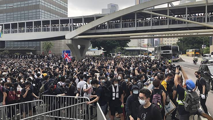 Tausende Demonstranten haben am Mittwochmorgen den Hongkonger Legislativrat belagert, um gegen das geplante Gesetz für Auslieferungen nach China zu protestieren.