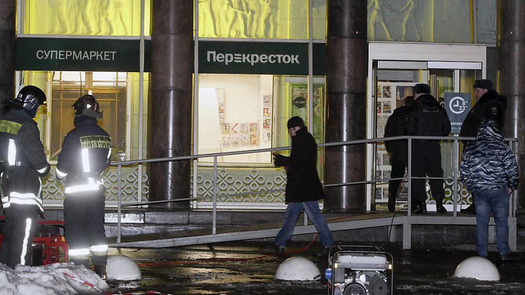 Polizisten sichern den Explosionsort im Perekrestok-Supermarkt in St. Petersburg.
