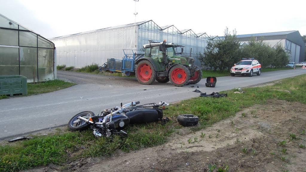 Der Motorradfahrer kollidierte seitlich mit dem Traktor und stürzte.