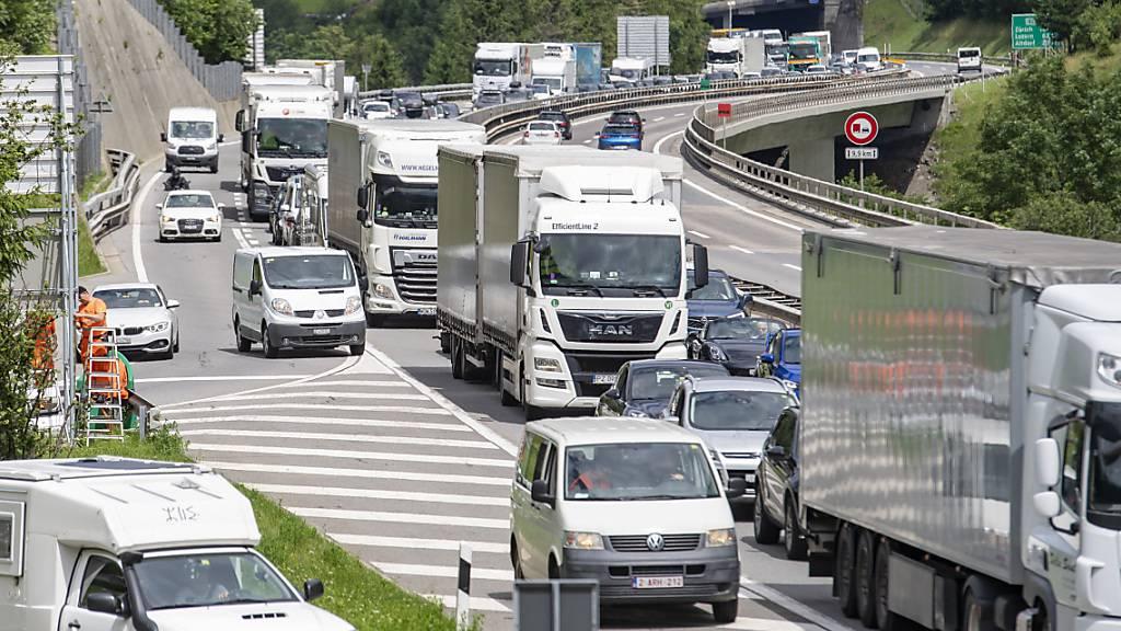 Die Autos stauen sich bereits auf mehreren Kilometern vor dem Gotthard. (Archivbild)