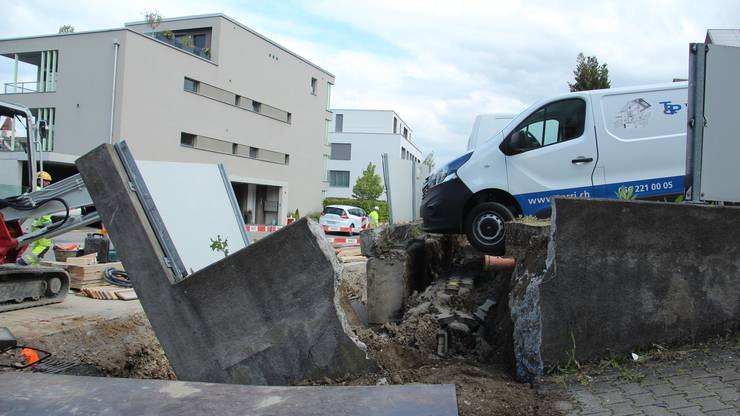 Die Stützmauer brach, als die Bauleute darunter arbeiteten. Dank des Baggers (links) wurde niemand verletzt.