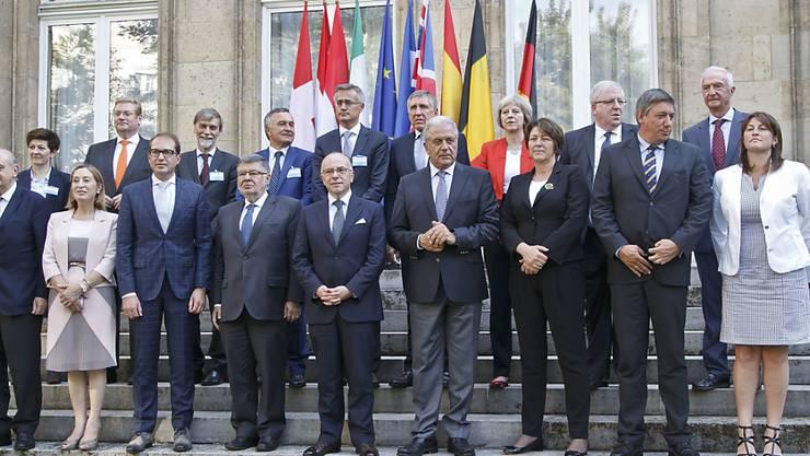 Rund 20 hochrangige Teilnehmer aus neun europäischen Ländern berieten in Paris über die Sicherheit im Bahnverkehr. Die Schweiz war durch die Direktorin des Bundesamts für Polizei (fedpol), Nicoletta della Valle, vertreten (2. Reihe links).