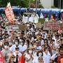 Demonstranten protestieren für bessere Arbeitsbedingungen für das Gesundheitspersonal. Die Menschen protestierten unter anderem in Montpellier, Metz und Marseille vor Kliniken, berichtete die Nachrichtenplattform Franceinfo am Dienstag. Landesweit waren für über 220 Orte Versammlungen angekündigt. Foto: Pascal Guyot/AFP/dpa