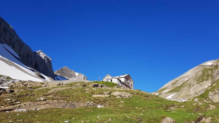 Atemberaubend: Die Wildhornhütte (BE) liegt zwischen Blumenwiesen und mondlanschaftartigen Felsen.  Bild: Lenk-Simmental Tourismus