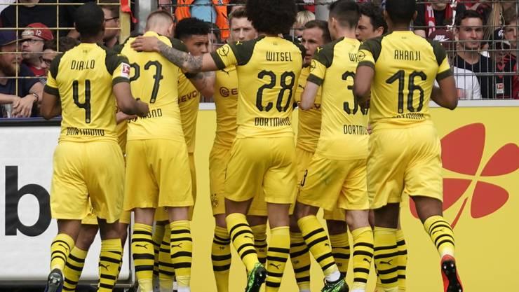 Dortmunder Jubel in Freiburg: Mit dem 4:0-Sieg bleibt der BVB an Leader Bayern dran