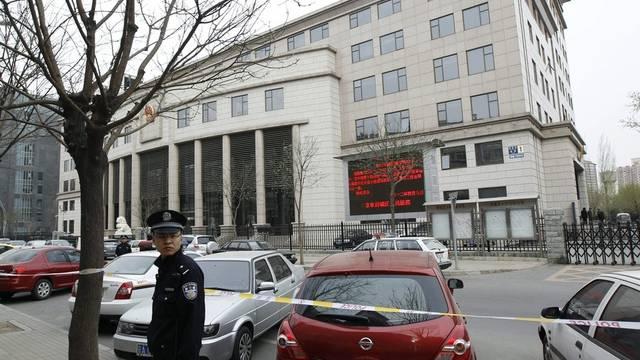 Ein Polizist vor dem Xicheng Volksgericht in Peking