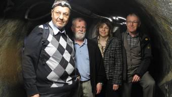 Peter Heitzmann, Benjamin Schwitter, Monika Wissler und AdalbertRuoss (v.l.) im Abwasserstollen. sbö