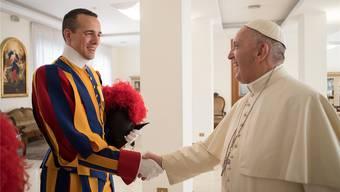 Matthias Zimmerli verabschiedet sich bei Papst Franziskus.