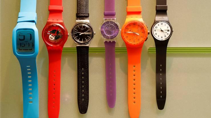 Eine Uhr, die – wie die abgebildeten Swatch-Modelle – bis zu 200 Franken kostet, ist für die Solothurner Oberrichter ein alltäglicher Gebrauchsgegenstand. Nicht aber eine 6400 Franken teure Automatikuhr. Symbolbild/HP. Bärtschi