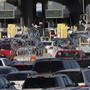 Stacheldraht und Betonklötze: Die USA haben am Montag ihre Sicherheitsmassnahmen an der Grenze zu Mexiko verstärkt.