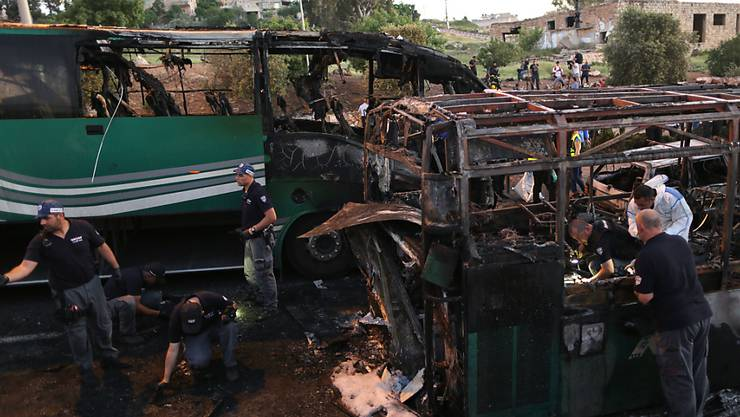 Der Bus, in dem die Bombe explodierte, brannte komplett aus. Die Flammen erfassten auch die umliegenden Fahrzeuge.