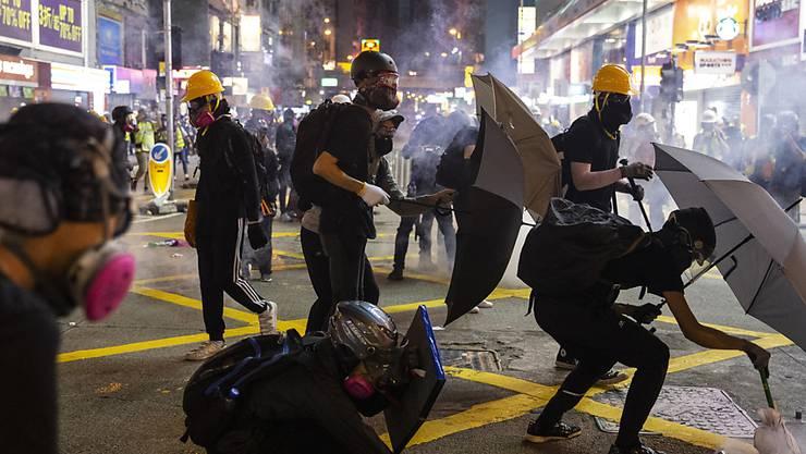 In Hongkong wurden am Sonntag erneut zahlreiche Personen festgenommen - am Montag gab es zudem ein Verkehrschaos.