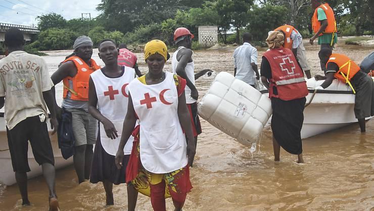 Rotkreuz-Helferinnen und -Helfer in Kenia mit Hilfsgütern für von Fluten betroffene Menschen (Archiv)