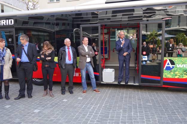RVBW Direktor Stefan Kalt (in der Bustüre) stellt die neuen Fahrzeuge vor