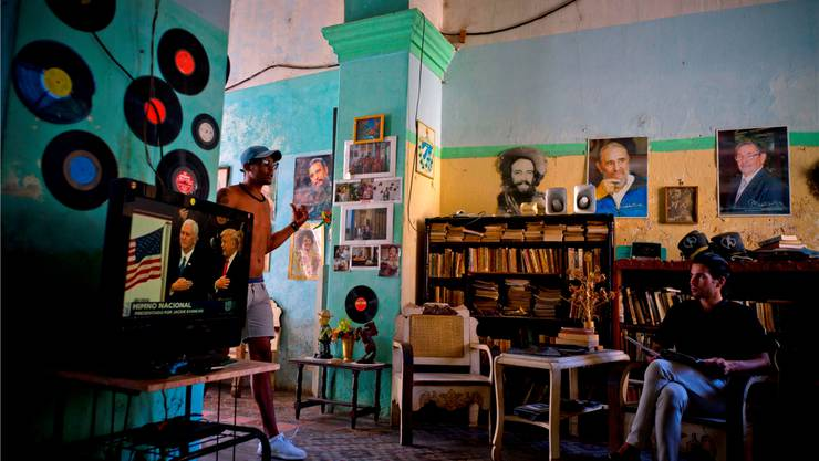 Drei Revolutionäre an der Wand: Kubas Präsident Raul Castro (rechts), Fidel Castro (Mitte) und Camilo Cienfuegos (links). Keystone