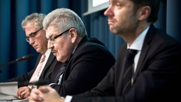 Flankiert von Regierungssprecher Peter Buri (l.) und Staatsschreiber Peter Grünenfelder erläuterte Finanzdirektor Roland Brogli gestern die Sparabsichten der Regierung.Annika Bütschi