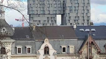 Architektonische Kontraste im Gundeli, Gundeldingerstrasse im Vordergrund und das Meret-Oppenheim Hochhaus im Hintergrund.