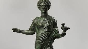 """Das Schaffhauser Museum zu Allerheiligen hat die antike Bronze-Statuette """"Mädchen mit Taube"""" an Italien zurückgegeben. Das Objekt war geraubt."""