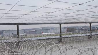 Ein Flugzeug hebt ab über dem Flughafengefängnis in Zürich