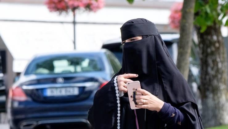 """Burka-Trägerin in Interlaken: «In einer offenen Gesellschaft sollte eine Frau ihr Gesicht und damit ihre Identität zeigen"""", sagt der Imam Mustafa Memeti. ."""