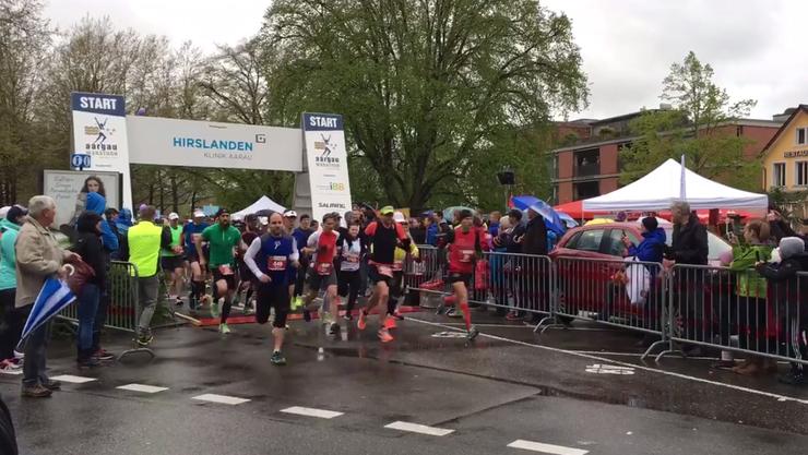 War etwas verregnet: Der Startschuss zum 1. «Aargau Marathon» 2016.