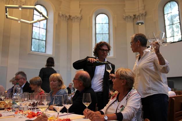 Weinhändler Corti beim Einschenken.