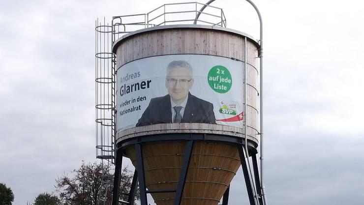 Ein Plakat von Andreas Glarner hing am Salzsilo der Gemeinde Oberwil-Lieli und soll wieder angebracht werden.