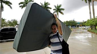 Unterwegs zum sturmsicheren Schlafplatz: Ein Mann quartiert sich an der Florida International University ein. Keystone