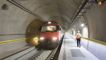 Streitpunkt Wer darf den längsten Eisenbahntunnel der Welt putzen  Urs FlüelerKeystone
