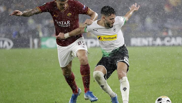 Zweikampf im strömenden Regen von Rom: Romas Gianluca Mancini (links) gegen Gladbachs Ramy Bensebaini