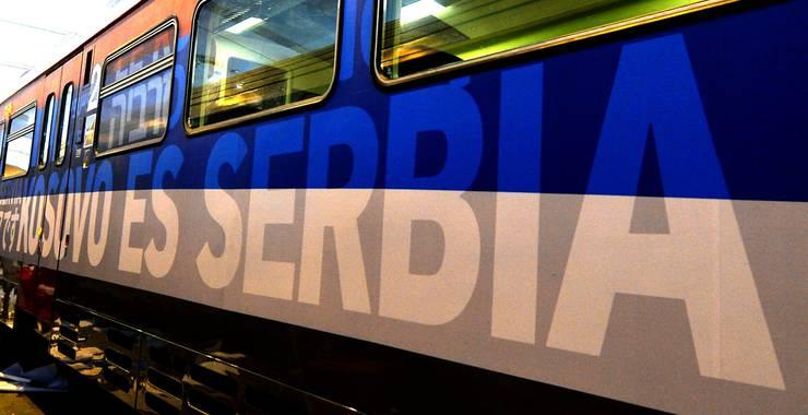 Auf dem Zug steht in mehreren Sprachen, dass Kosovo ein Teil Serbiens ist. De facto ist Kosovo seit 2008 unabhängig.