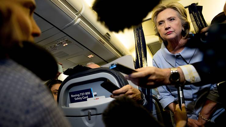 Auf einem Flug nach Moline im US-Bundesstaat Illinois liess sich Hillary Clinton nach langem wieder einmal ausserhalb von Interviews von Journalisten befragen.