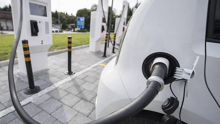 Unter Strom für die volle Elektromobilität: eine Roadmap weist Unternehmen und Behörden den Weg. Bis 2022 sollen 15 Prozent der zugelassenen Neuwagen Elektromobile sein.