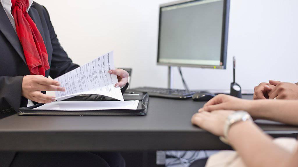 Eine Bankangestellte berät Kunden: Einer Studie zufolge könnte ihr Job in den nächsten zwanzig Jahren von einem Computer übernommen werden. (Symbolbild)