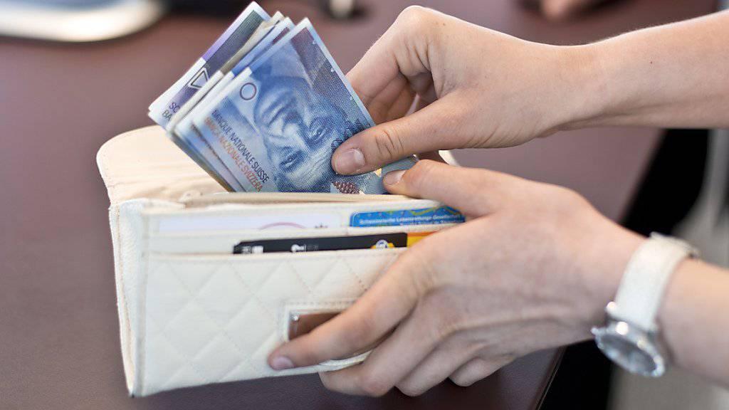 Wer bei der grössten Schweizer Bank Bargeld am Schalter bezieht, muss neuerdings mit Gebühren rechnen. (Archivbild)