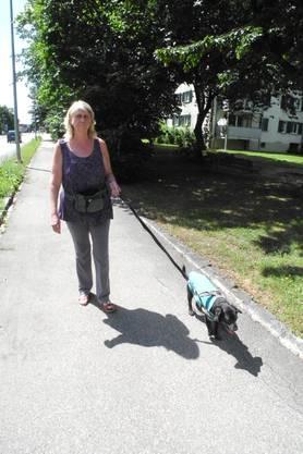Margrit Frank geht mit Faro spazieren
