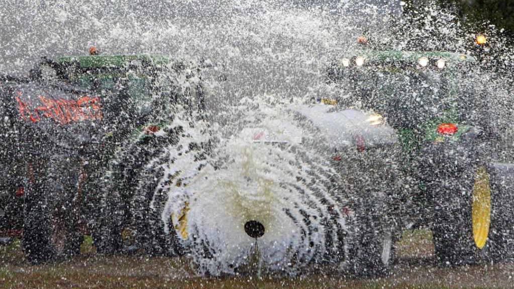 Französische Bauern sprühen aus Protest gegen fallende Preise Milch auf ein Feld. (Archivbild)