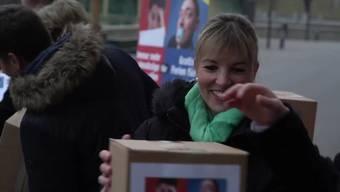 Nach Angaben des Referendumskomitees kamen 55'203 beglaubigte Unterschriften zusammen. Sicher werde man erst sein, wenn die Bundeskanzlei die Unterschriften kontrolliert habe, sagte die Thurgauer SVP-Nationalrätin Diana Gutjahr bei der Übergabe der Unterschriften in Bern.