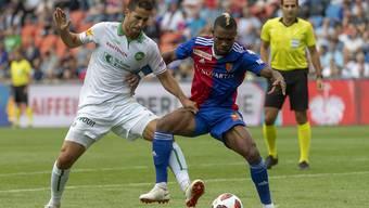 St. Gallens Nassim Ben Khalifa, links, im Kampf um den Ball gegen Basels Geoffroy Serey Die