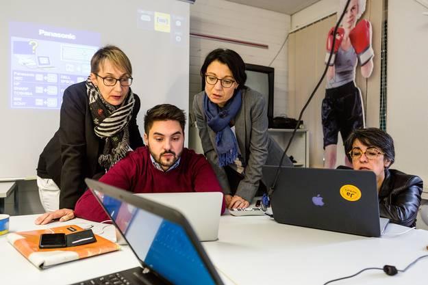 SP-Co-Präsidentin Elisabeth Burgener (v.l.), SP-Co-Präsident Cédric Wermuth, Yvonne Feri und Grossrätin Kathrin Scholl warten im Volkshaus in Aarau auf erste Abstimmungsergebnisse des zweiten Wahlgangs.
