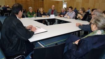 An fünf eckigen «runden Tischen» luden die Seenger Gemeinderäte, hier Dieter Gugelmann (links), gestern zu Neujahrsgesprächen. Fritz Thut