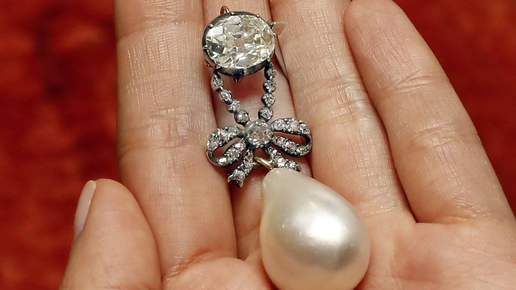 War einem Käufer in Genf über 36 Millionen Franken wert: Ein grosser tropfenförmiger Anhänger aus natürlicher Perle und mit Diamanten besetzt, der einst der französischen Königin Marie Antoinette gehörte. (Archivbild)