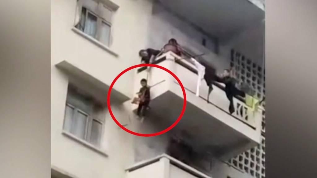Verantwortungslose Oma seilt 7-Jährigen vom Balkon ab
