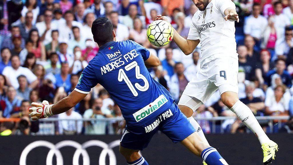 Karim Benzema erzielt mit dem Kopf gegen Granada-Hüter Andres Fernandez das Siegtor