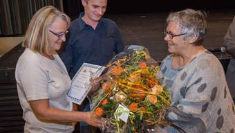 Ehrung im Brugger Kino Odeon: Beatrice Beck (Präsidentin der Alzheimervereinigung Aargau, rechts) überreicht den Fokus-Preis 2013 an Edith Tschanz und ihren Sohn René Tschanz. Mathias Marx