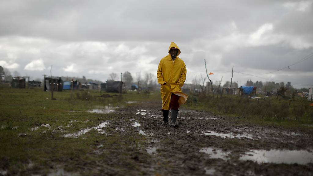 Ein Mann geht durch eine informelle Siedlung in Buenos Aires.
