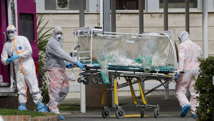Ein Corona-Virus-Patient wird in den Spital transportiert.