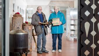 Erika Hochstrasser und Christian Wüthrich mit der geretteten Täfeli-Maschine und der Lüthy-Blechkiste.Sandra Ardizzone